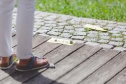 Person steht vor Karten auf dem Boden